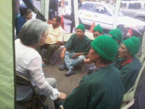 Un grupo de tolupanes durante la huelga de hambre exigiendo la CICIH en 2015 fueron acompañados por Berta OIiva, coordinadora general del COFADEH